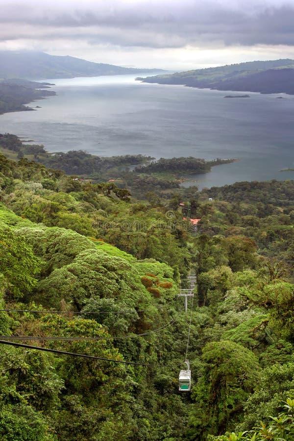 Tramway de forêt tropicale au-dessus de lac Arenal, Costa Rica images stock