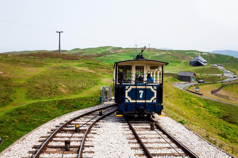Tramway de vintage obtenant sur le chemin de fer divisé Ajustez choisir une manière de deux afin d'atteindre la destination néces images libres de droits