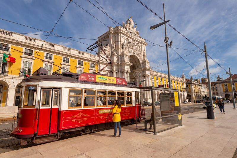 Tramway rouge à Lisbonne, Portugal photos stock