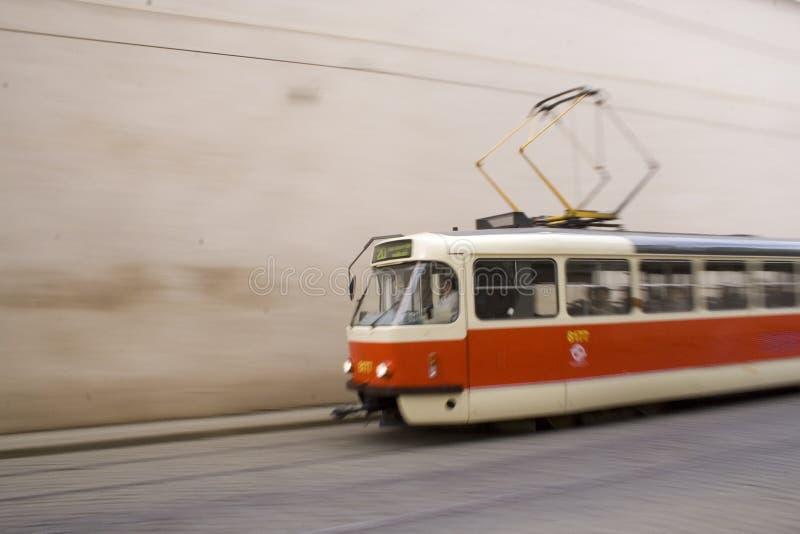 Tramway vermelho e branco em Praga mim foto de stock
