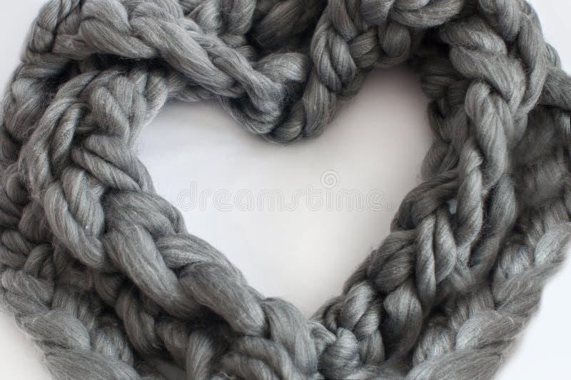 Trança de lã cinzenta em uma forma do coração foto de stock royalty free