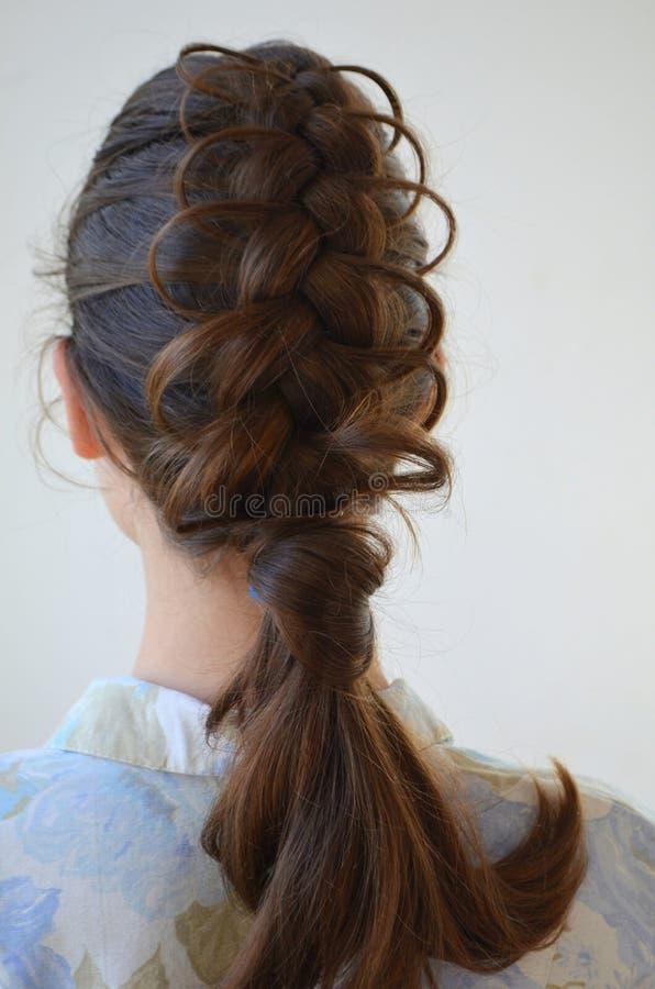 Trança francesa a céu aberto, penteado com comprimento médio do cabelo fotos de stock