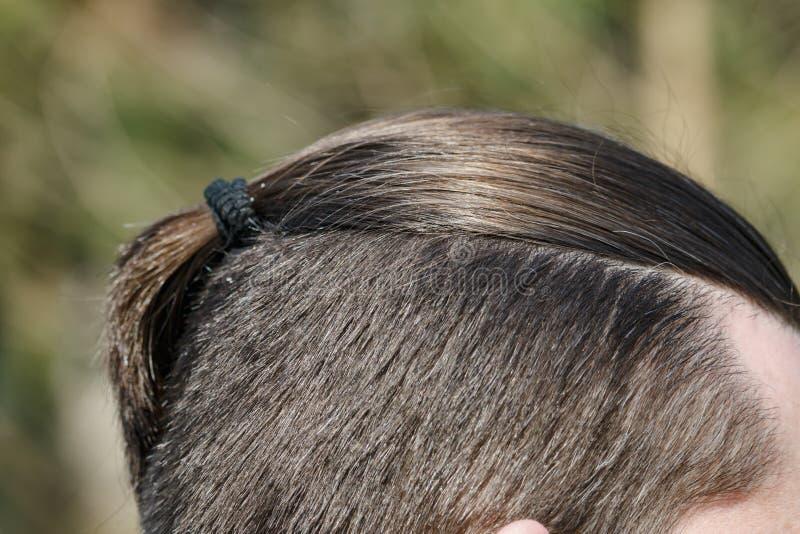 Trança masculina do corte de cabelo, close-up em um fundo da natureza fotos de stock royalty free