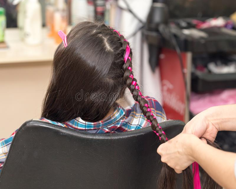 Tranças do Weave em um salão de beleza imagem de stock