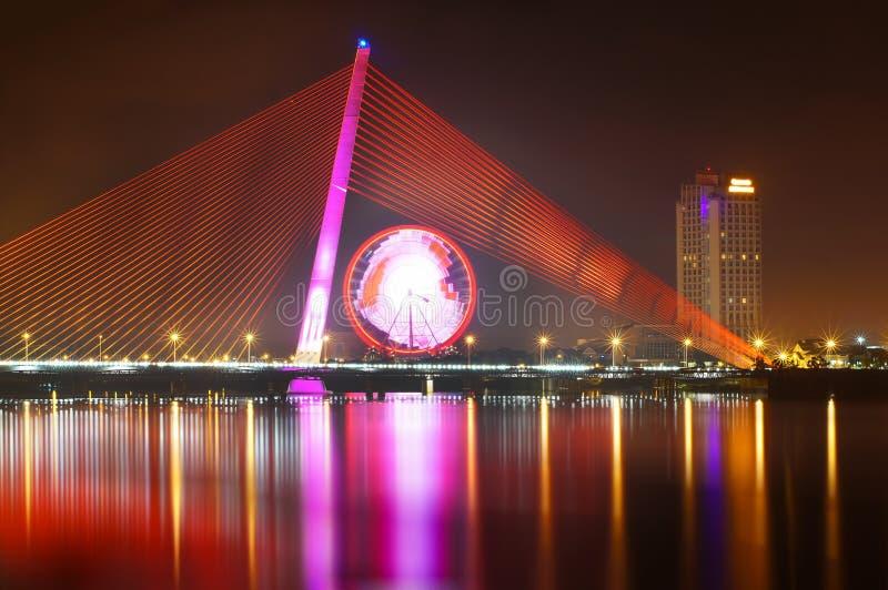 Tran Thi Ly Przerzuca most przy nocą zdjęcie royalty free