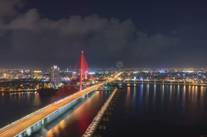 Tran Thi Ly Przerzuca most w da nang przy nocą obraz royalty free