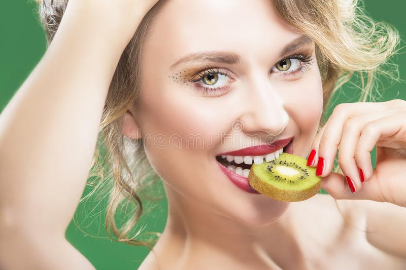 Tranche acérée modèle de With Disheveled Hair de Kiwi Fruit juteux vert images libres de droits
