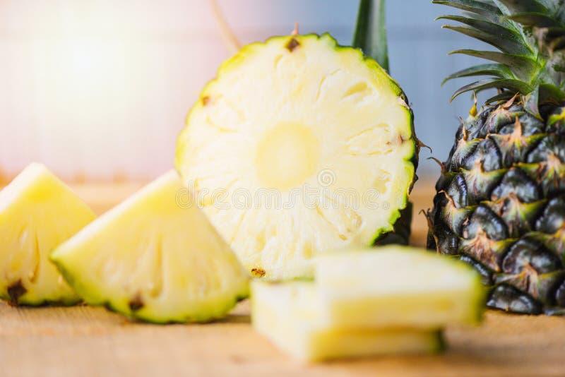 Tranche d'ananas sur la table en bois - fruit frais d'été d'ananas photographie stock libre de droits