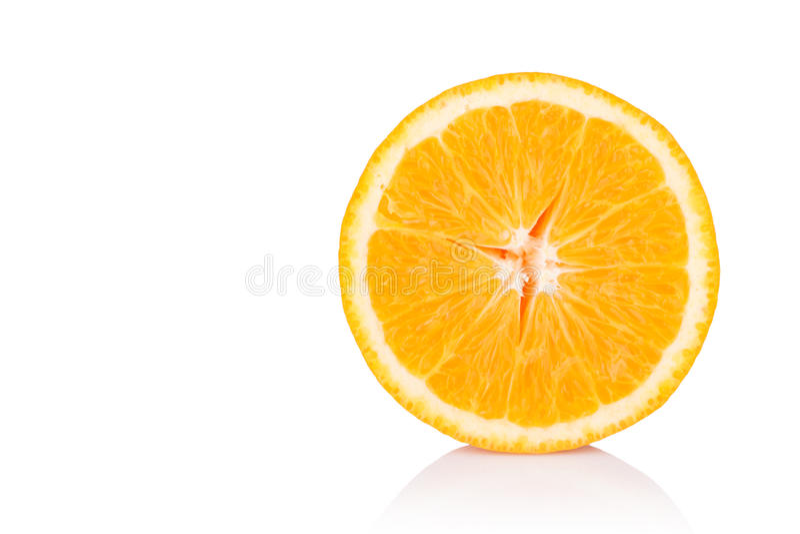 Tranche d'orange fraîche d'isolement sur le fond blanc images libres de droits
