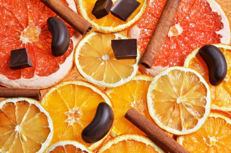 Tranche d'orange sèche, citron, pamplemousse, bâtons de cannelle image libre de droits
