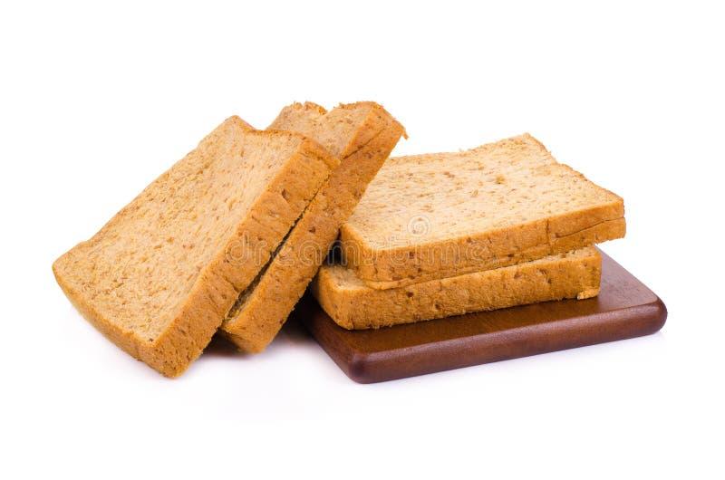 Tranche d'un pain de blé entier d'isolement sur un fond blanc photo stock