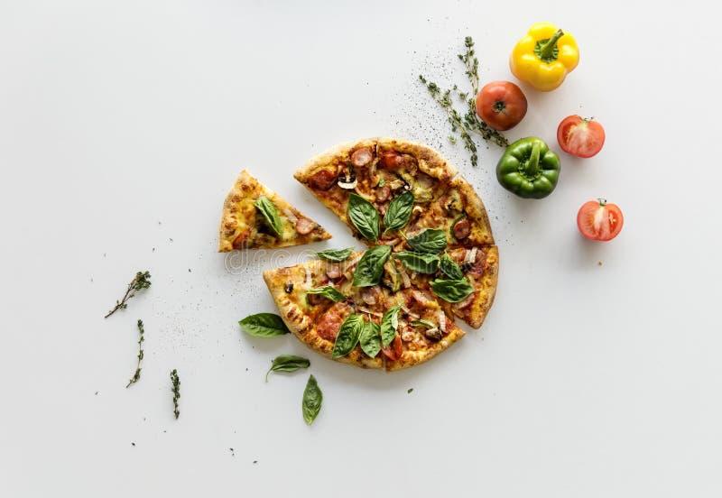 Tranche d'une casserole italienne entière de pizza de cuisine image libre de droits