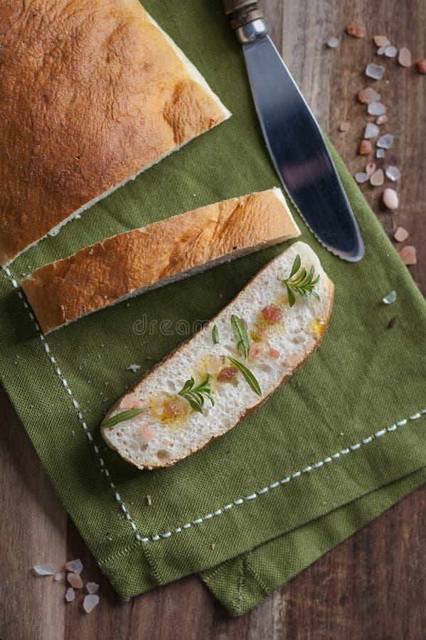 Tranche de ciabatta avec du sel et l'huile d'olive de l'Himalaya photo libre de droits