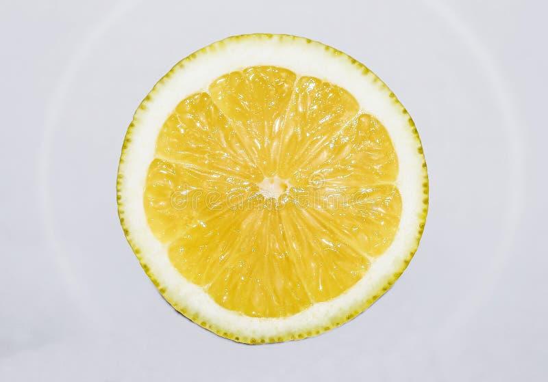 Tranche de citron coupée dans la moitié photos libres de droits