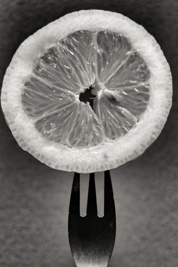 Tranche de citron piquée sur la fourchette images stock