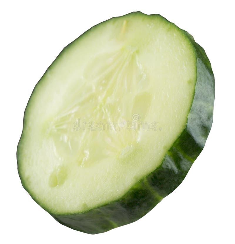 Tranche de concombre d'isolement sur le fond blanc images stock