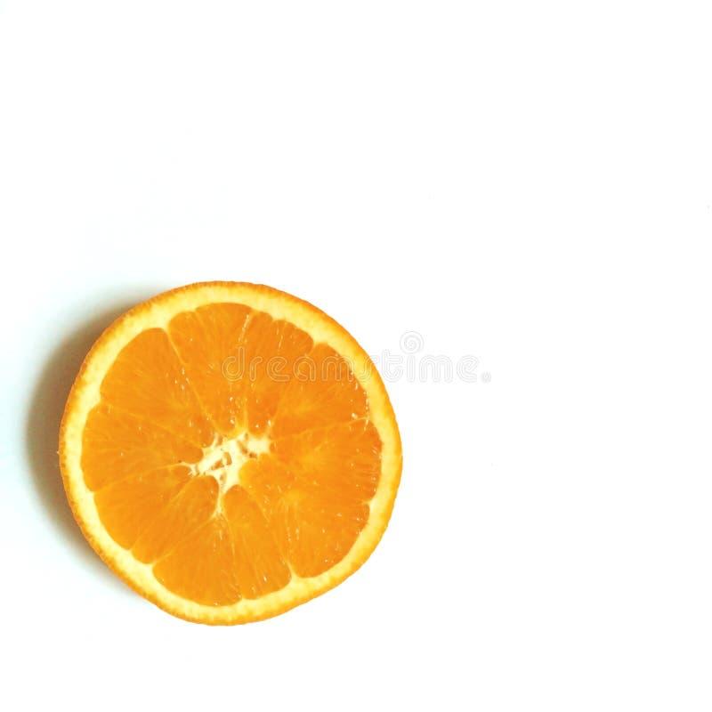 Tranche de disposition de Flatlay d'orange au centre du fond blanc photo stock