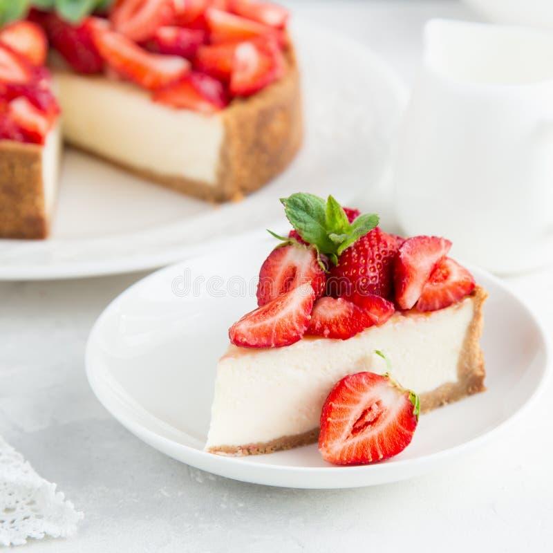 Tranche de gâteau au fromage de fraise photos libres de droits