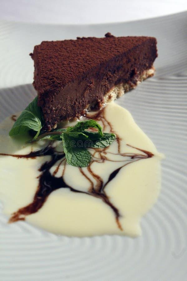 Tranche de gâteau de chocolat avec de la glace à la vanille, le caramel et la menthe photos libres de droits