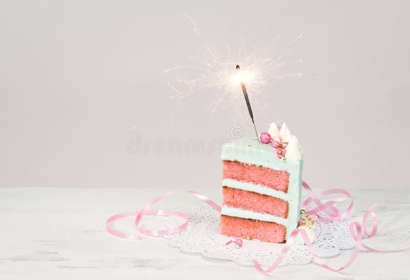 Tranche de gâteau d'anniversaire avec le cierge magique photos libres de droits
