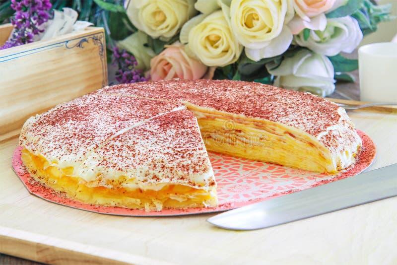 Tranche de gâteau de crêpe de fromage de plat image libre de droits