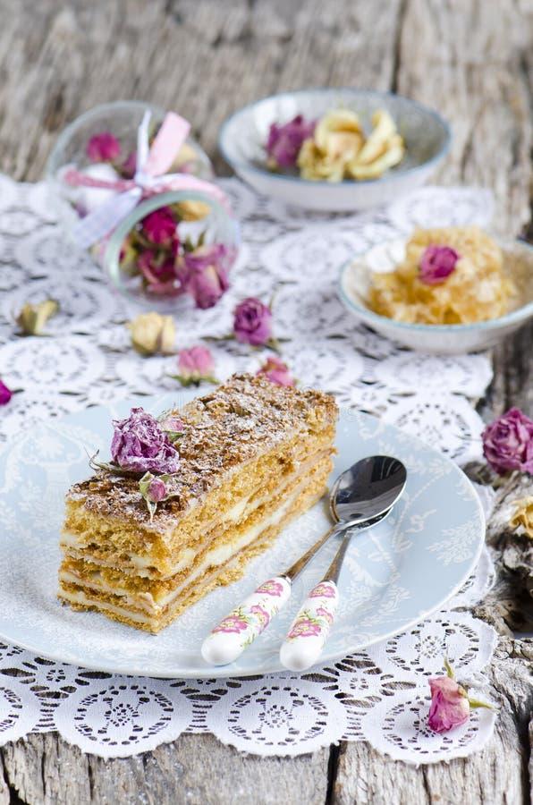 Tranche de gâteau de miel posé image libre de droits