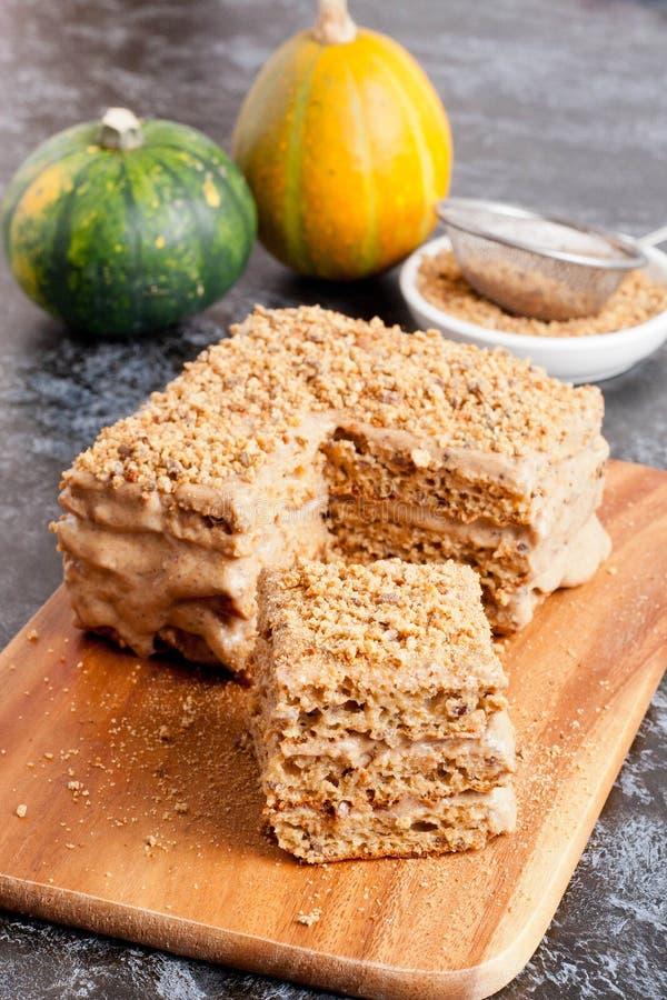 Tranche de gâteau de miel posé images stock