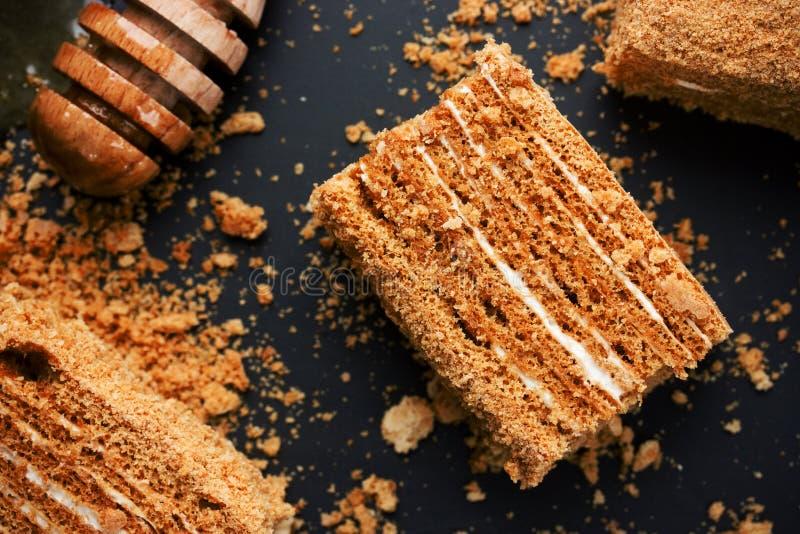 Tranche de gâteau de miel posé photos stock
