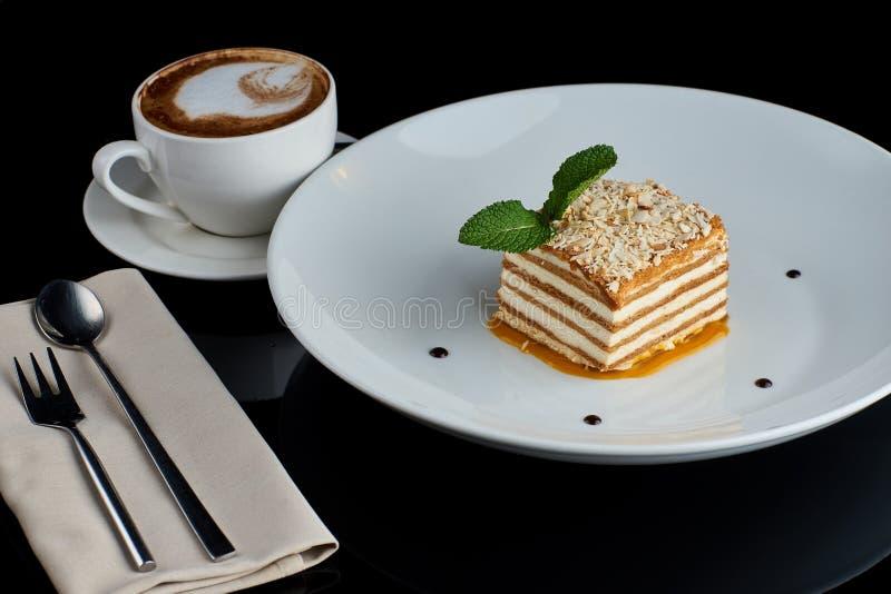 Tranche de gâteau de miel posé photo libre de droits