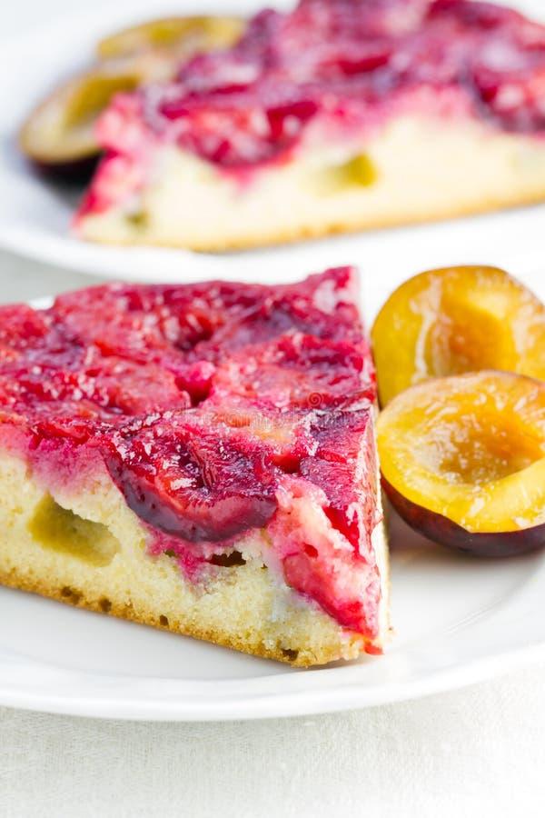 Tranche de gâteau de prune de plat photo libre de droits