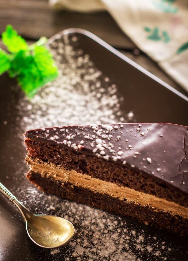 Tranche de gâteau du plat décoré par la feuille en bon état photo stock