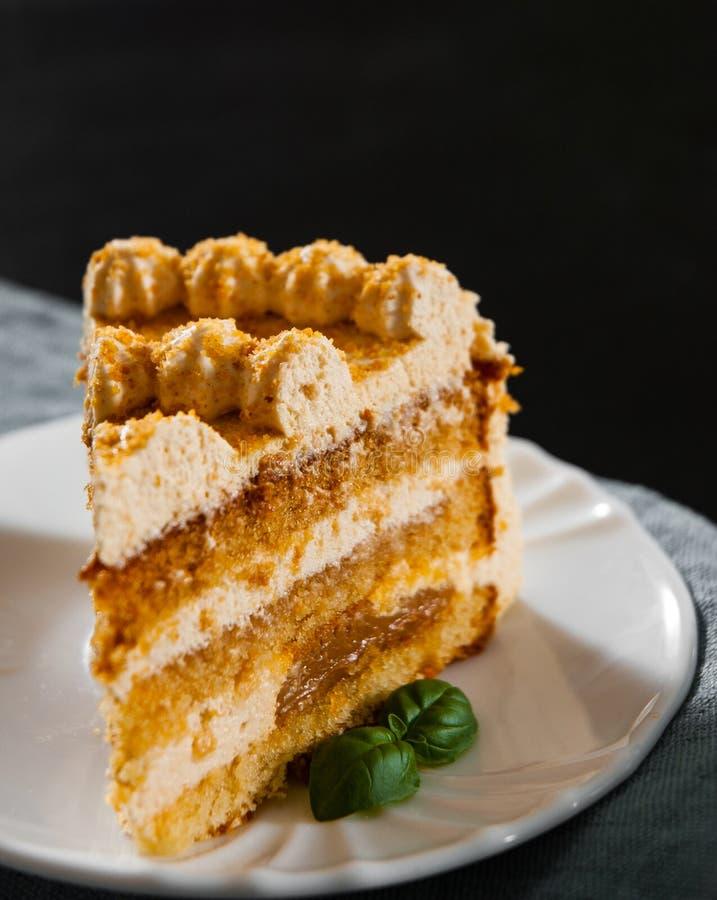 Tranche de gâteau de miel posé dans un plat image libre de droits