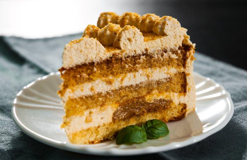 Tranche de gâteau de miel posé dans un plat photo libre de droits