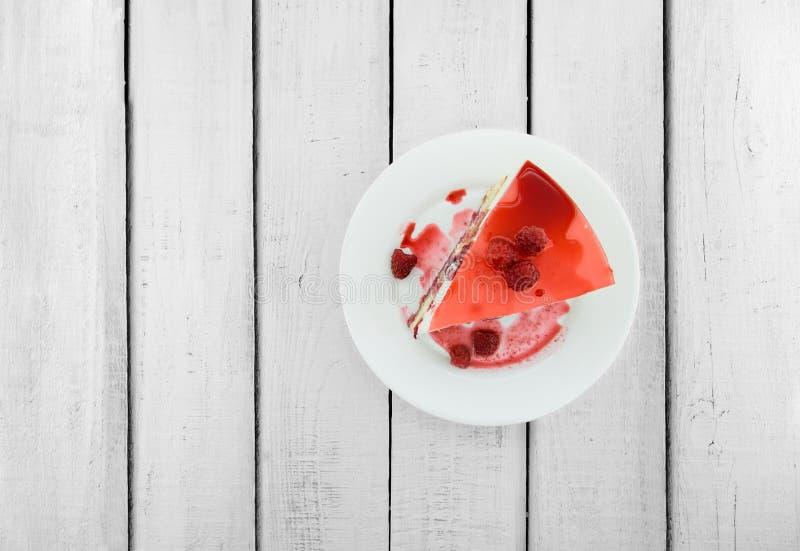 Tranche de gâteau mousseline de vanille avec le soufflé et la framboise j de yaourt photographie stock libre de droits