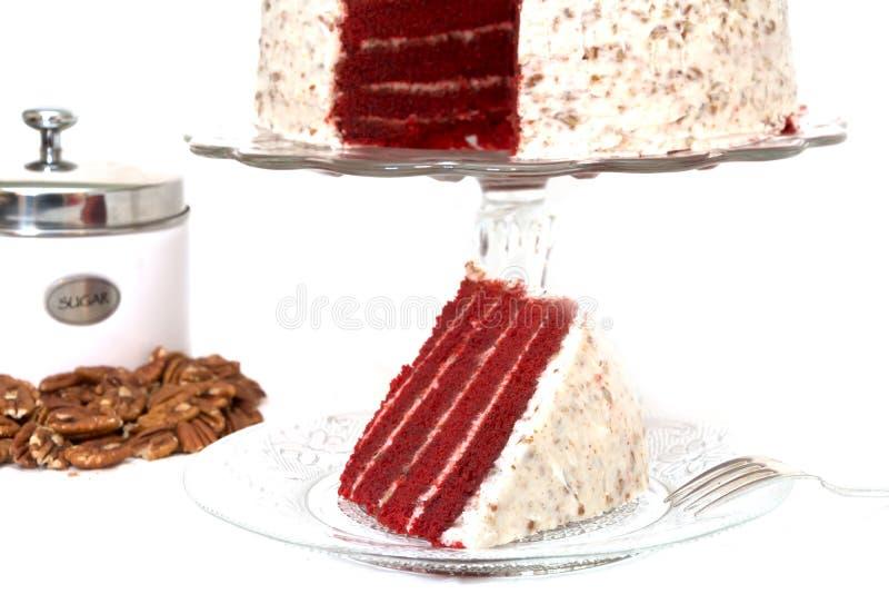 Tranche de gâteau rouge de velours d'isolement images stock
