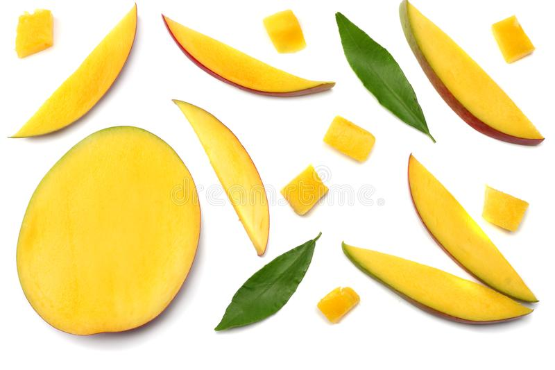 tranche de mangue avec des feuilles de vert d'isolement sur le fond blanc Vue supérieure photos libres de droits