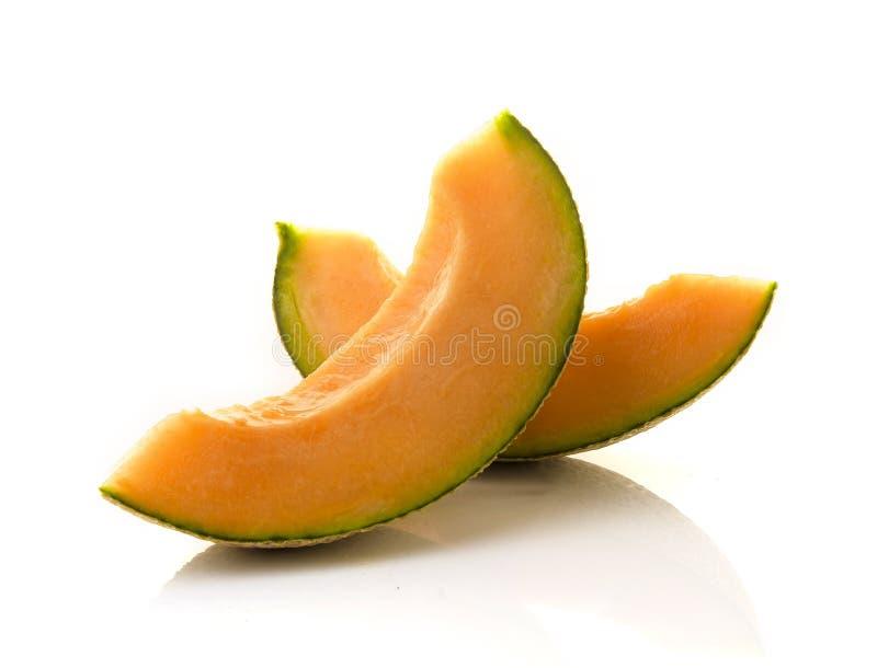 Tranche de melons japonais, de melon orange ou de melon de cantaloup avec des graines d'isolement sur le fond blanc photos stock