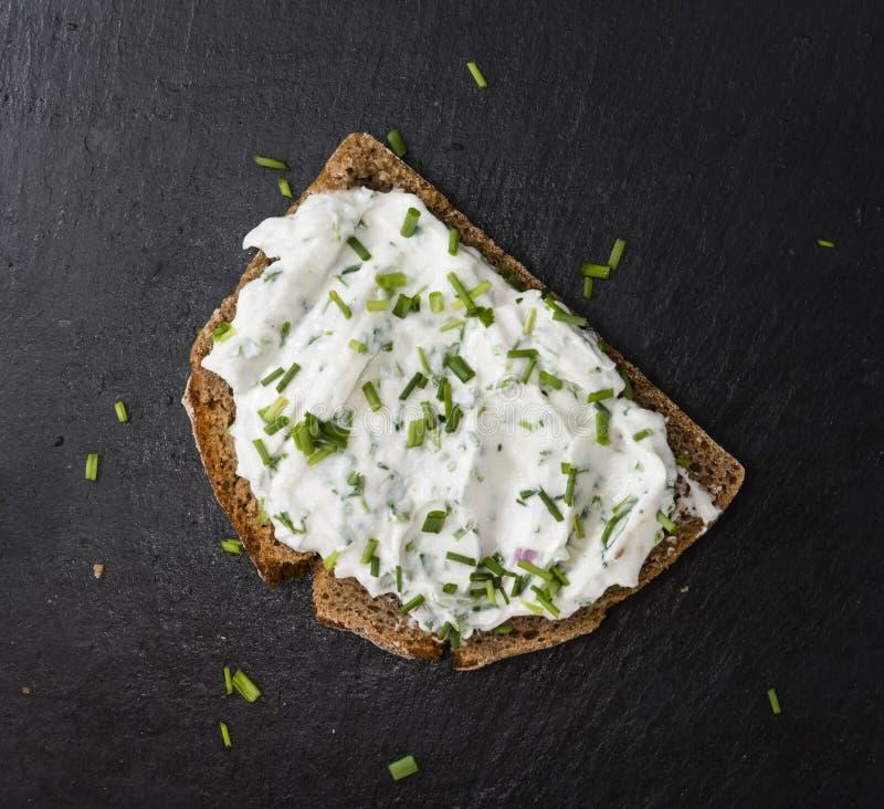 Tranche de pain avec Herb Curd images stock