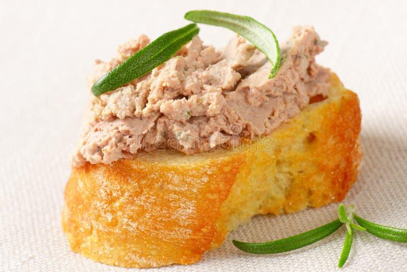 Tranche de pain avec la diffusion de foie photo libre de droits