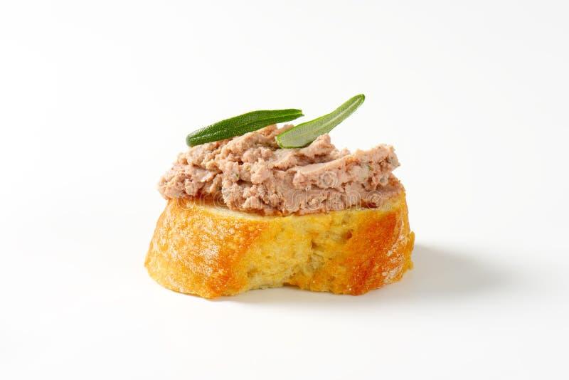 Tranche de pain avec la diffusion de foie photo stock