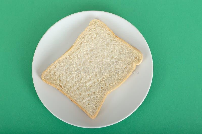 Tranche de pain blanc d'un plat images stock