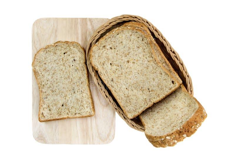 Tranche de pain entier de grain d'isolement sur le fond blanc photos libres de droits