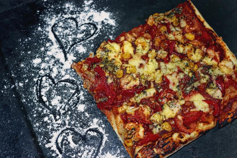 Tranche de pizza sur une poêle noire image stock
