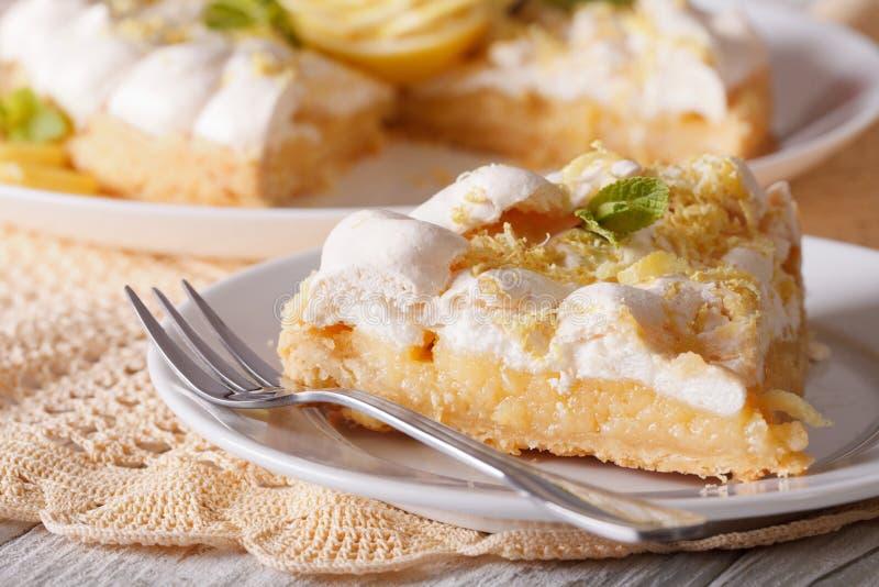 Tranche de plan rapproché de tarte de meringue de citron horizontal photographie stock libre de droits