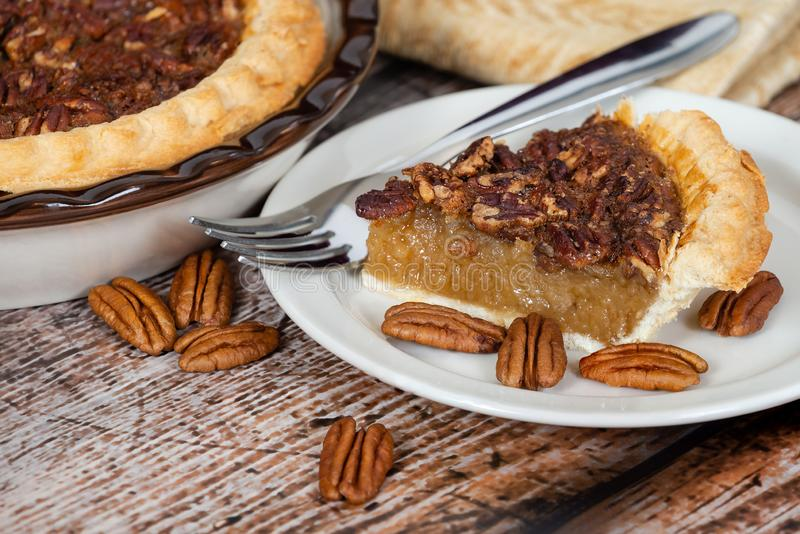 Tranche de tarte aux noix de pécan faite maison avec des noix de pécan photo stock