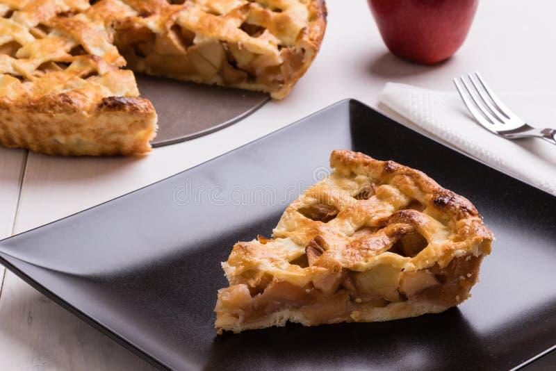 Tranche de tarte aux pommes de plat noir photographie stock