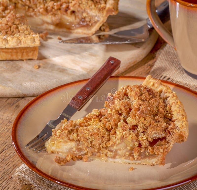 Tranche de tarte aux pommes néerlandaise d'un plat image stock
