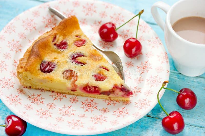 Tranche de tarte délicieux avec les cerises et la crème remplissant du plat images stock