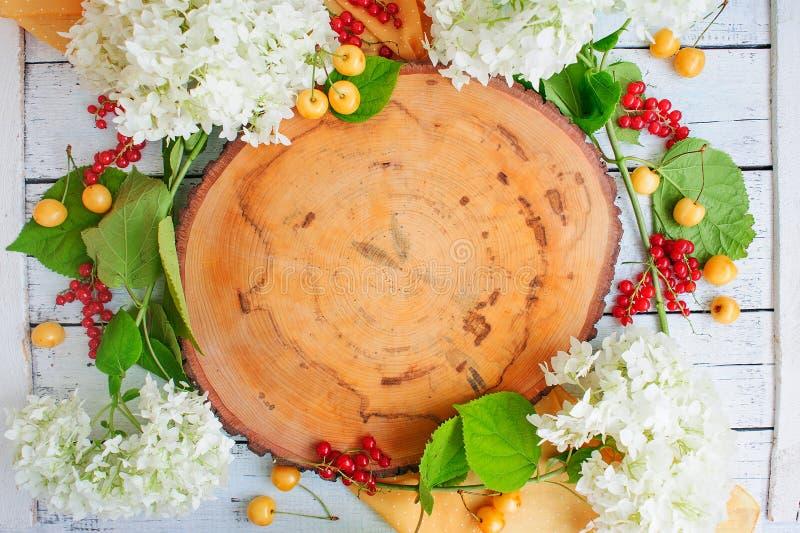 Tranche en bois avec des fleurs images libres de droits