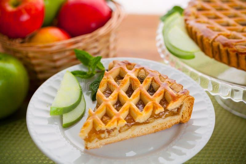 Tranche faite maison de tarte au goût âpre de pomme sur le festin doux de plat photo libre de droits